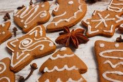 Φρέσκο ψημένο διακοσμημένο μελόψωμο με τα καρυκεύματα στο παλαιό ξύλινο υπόβαθρο, χρόνος Χριστουγέννων Στοκ Εικόνα