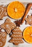 Φρέσκο ψημένο διακοσμημένο μελόψωμο με τα καρυκεύματα στο παλαιό ξύλινο υπόβαθρο, χρόνος Χριστουγέννων Στοκ Φωτογραφία