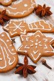 Φρέσκο ψημένο διακοσμημένο μελόψωμο με τα καρυκεύματα στο παλαιό ξύλινο υπόβαθρο, χρόνος Χριστουγέννων Στοκ φωτογραφίες με δικαίωμα ελεύθερης χρήσης