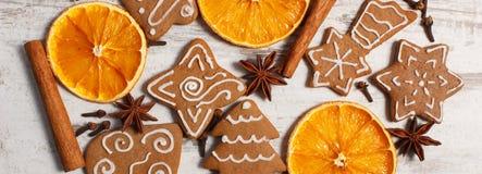Φρέσκο ψημένο διακοσμημένο μελόψωμο με τα καρυκεύματα στο παλαιό ξύλινο υπόβαθρο, χρόνος Χριστουγέννων Στοκ Εικόνες