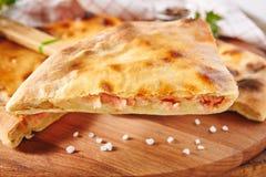 Φρέσκο ψημένο κομμάτι της πίτας που γεμίζεται με το σολομό, την πατάτα και το τυρί στοκ φωτογραφία με δικαίωμα ελεύθερης χρήσης