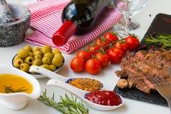 Φρέσκο ψημένο στη σχάρα κρέας Ψημένο στη σχάρα μέσο ψητό βόειου κρέατος entrecote στο μαύρο πίνακα πετρών, το κόκκινο κρασί και τ Στοκ Εικόνα