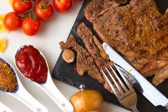 Φρέσκο ψημένο στη σχάρα κρέας Ψημένο στη σχάρα μέσο ψητό βόειου κρέατος entrecote στο μαύρο πίνακα πετρών Τοπ όψη Στοκ εικόνες με δικαίωμα ελεύθερης χρήσης