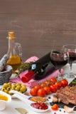 Φρέσκο ψημένο στη σχάρα κρέας Ψημένο στη σχάρα μέσο ψητό βόειου κρέατος entrecote στο μαύρο πίνακα πετρών, το καρύκευμα, το ελαιό Στοκ Εικόνα