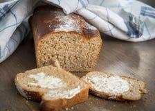 Φρέσκο ψημένο ψωμί με το βούτυρο Στοκ Φωτογραφία