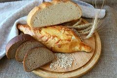 Φρέσκο ψωμί και διαφορετικοί τύποι στοκ εικόνες