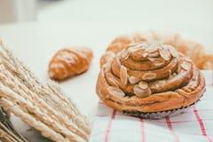 φρέσκο ψωμί και ψημένα αγαθά σε ξύλινο Στοκ εικόνες με δικαίωμα ελεύθερης χρήσης