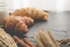 φρέσκο ψωμί και ψημένα αγαθά σε ξύλινο Στοκ φωτογραφίες με δικαίωμα ελεύθερης χρήσης