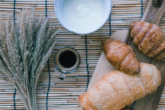Φρέσκο ψωμί και ψημένα αγαθά στον ξύλινο τεμαχίζοντας πίνακα Στοκ Φωτογραφίες
