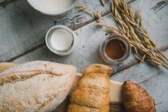 Φρέσκο ψωμί και ψημένα αγαθά στον ξύλινο τεμαχισμό Στοκ φωτογραφία με δικαίωμα ελεύθερης χρήσης