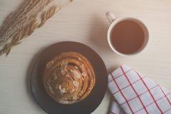 Φρέσκο ψωμί και ψημένα αγαθά στον ξύλινο τεμαχισμό Στοκ εικόνα με δικαίωμα ελεύθερης χρήσης
