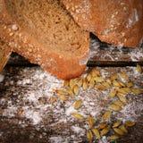 Φρέσκο ψωμί με τα αυτιά μια σίκαλη στοκ εικόνες
