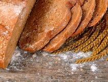 Φρέσκο ψωμί με τα αυτιά μια σίκαλη στοκ εικόνα