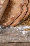 Φρέσκο ψωμί με τα αυτιά μια σίκαλη στοκ φωτογραφίες