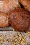 Φρέσκο ψωμί με τα αυτιά μια σίκαλη στοκ εικόνες με δικαίωμα ελεύθερης χρήσης