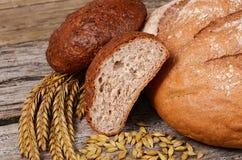 Φρέσκο ψωμί με τα αυτιά μια σίκαλη στοκ φωτογραφία