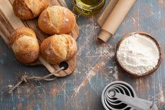 Φρέσκο ψωμί με τα συστατικά σε ένα σκοτεινό υπόβαθρο διάστημα αντιγράφων Στοκ εικόνα με δικαίωμα ελεύθερης χρήσης