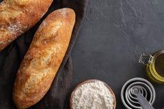 Φρέσκο ψωμί με τα συστατικά σε ένα σκοτεινό υπόβαθρο διάστημα αντιγράφων Στοκ φωτογραφία με δικαίωμα ελεύθερης χρήσης