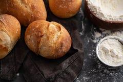 Φρέσκο ψωμί με τα συστατικά σε ένα σκοτεινό υπόβαθρο διάστημα αντιγράφων Στοκ Εικόνες