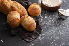 Φρέσκο ψωμί με τα συστατικά σε ένα σκοτεινό υπόβαθρο διάστημα αντιγράφων Στοκ Εικόνα