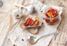 Φρέσκο ψωμί με τις ξηραμένες από τον ήλιο ντομάτες σε έναν ξύλινο Στοκ φωτογραφίες με δικαίωμα ελεύθερης χρήσης