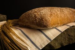 Φρέσκο ψωμί με τις ώριμες λεπίδες δημητριακών Στοκ Εικόνες