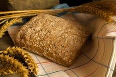 Φρέσκο ψωμί με τις ώριμες λεπίδες δημητριακών Στοκ εικόνες με δικαίωμα ελεύθερης χρήσης