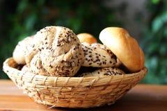 Φρέσκο ψωμί μιγμάτων στο καλάθι στο ξύλινο υπόβαθρο ακόμα στη ζωή στοκ εικόνες