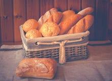 Φρέσκο ψωμί σίτου στο ψάθινο καλάθι Στοκ φωτογραφία με δικαίωμα ελεύθερης χρήσης