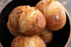 Φρέσκο ψωμί σε ένα μαύρο κύπελλο διάστημα αντιγράφων τα διασταυρωμένα γαλλι&kap φρέσκοι ρόλοι Στοκ εικόνα με δικαίωμα ελεύθερης χρήσης