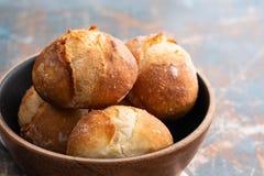 Φρέσκο ψωμί σε ένα μαύρο κύπελλο διάστημα αντιγράφων τα διασταυρωμένα γαλλι&kap φρέσκοι ρόλοι Στοκ Εικόνες