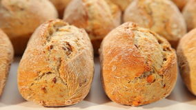 Φρέσκο ψωμί, σκοτεινά κουλούρια απόθεμα βίντεο