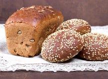 Φρέσκο ψωμί στον αγροτικό πίνακα Στοκ φωτογραφία με δικαίωμα ελεύθερης χρήσης