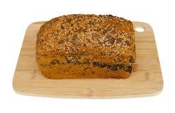 Φρέσκο ψωμί στον ξύλινο τέμνοντα πίνακα στοκ εικόνες