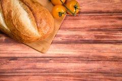 Φρέσκο ψωμί στον ξύλινο πίνακα Με το διάστημα για το κείμενό σας Στοκ Εικόνες
