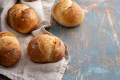 Φρέσκο ψωμί στον πίνακα πετρών Τοπ άποψη με το διάστημα για το κείμενό σας Στοκ Φωτογραφίες