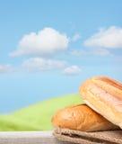 Φρέσκο ψωμί στο κλωστοϋφαντουργικό προϊόν Στοκ εικόνες με δικαίωμα ελεύθερης χρήσης