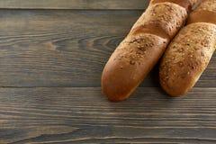 Φρέσκο ψωμί στο ξύλινο worktop Στοκ φωτογραφία με δικαίωμα ελεύθερης χρήσης