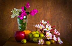 Φρέσκο όμορφο λουλούδι plumeria και πολλά φρούτα Στοκ Εικόνες