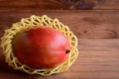 Φρέσκο ώριμο μάγκο σε ένα καφετί ξύλινο υπόβαθρο Γλυκιά φωτογραφία φρούτων μάγκο Στοκ Εικόνες
