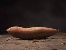 Φρέσκο batata στο ξύλο Στοκ Φωτογραφία