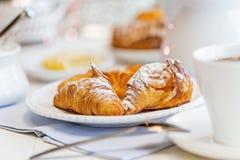Φρέσκο Croissants με την κονιοποιημένη ζάχαρη Στοκ εικόνες με δικαίωμα ελεύθερης χρήσης