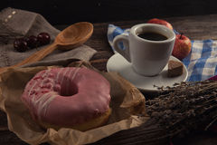 Φρέσκο doughnut με τον καφέ στον ξύλινο πίνακα με την πετσέτα, το κουτάλι και το γ Στοκ φωτογραφίες με δικαίωμα ελεύθερης χρήσης