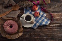 Φρέσκο doughnut με τον καφέ στον ξύλινο πίνακα με την πετσέτα, το κουτάλι και το γ Στοκ φωτογραφία με δικαίωμα ελεύθερης χρήσης