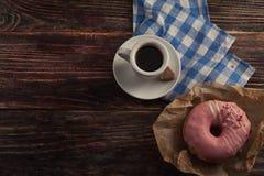 Φρέσκο doughnut με τον καφέ στον ξύλινο πίνακα με την πετσέτα, το κουτάλι και το γ Στοκ Εικόνες