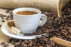 Φρέσκο espresso στο άσπρο φλυτζάνι με τη ζάχαρη κομματιών, κανέλα και roaste Στοκ φωτογραφία με δικαίωμα ελεύθερης χρήσης