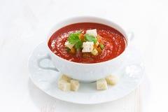Φρέσκο gazpacho με croutons σε ένα άσπρο κύπελλο Στοκ Εικόνα