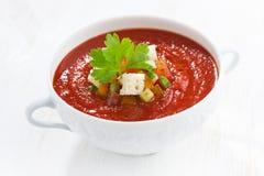 Φρέσκο gazpacho με croutons σε ένα κύπελλο στον άσπρο πίνακα Στοκ Εικόνες