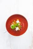 Φρέσκο gazpacho με croutons σε ένα κύπελλο, τοπ άποψη, κάθετη Στοκ Εικόνα