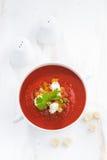 Φρέσκο gazpacho με croutons σε ένα κύπελλο, τοπ άποψη Στοκ Εικόνα